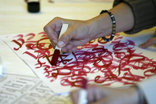 """Kalligrafie-Workshop mit Andreas Frohloff: """"Kein anderes Werkzeug hört so schön auf wie Balsaholz."""" © Gerhard Kassner"""