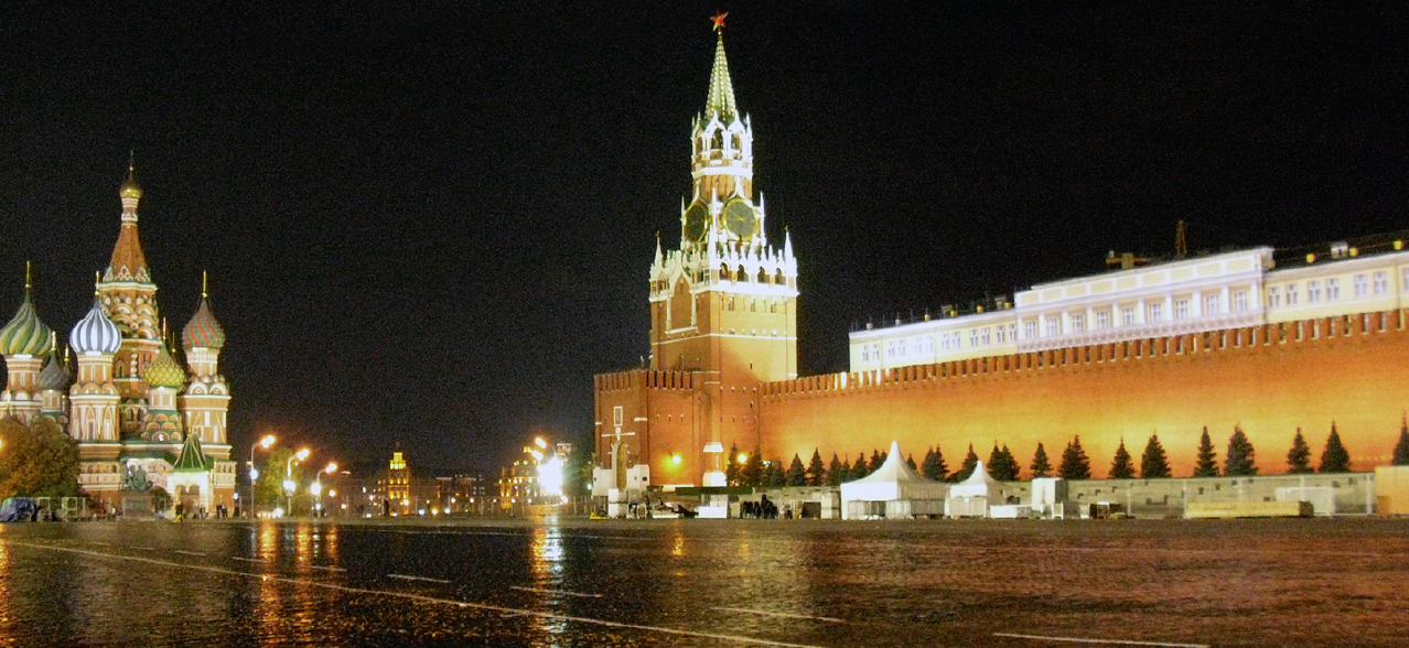Roter Platz bei Nacht. Kath. des seligen Basilius (links) und die Mauer des Kremls mit dem Erlöser-Torturm (rechts)