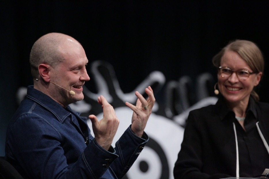 Jonathan Barnbrook on the TYPO main stage in a conversation with Sonja Knecht © Norman Posselt / Monotype